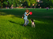 8-9年的男孩训练狗 免版税库存照片