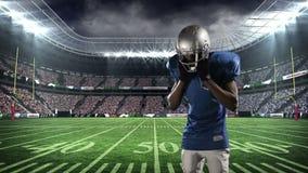 头戴他的盔甲的美国橄榄球运动员 股票视频