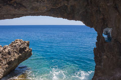 从洞的看法在海角格雷科,塞浦路斯 免版税库存照片