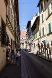 从的看法通过小山谷对Cattedrale di圣诞老人的Oriuolo街道 免版税库存图片