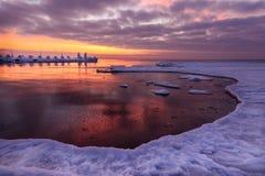 冻结的码头和海洋冰日出 免版税库存照片
