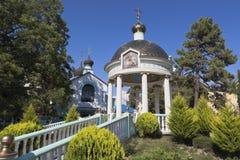 水的祝福圆形建筑近三位一体寺庙在爱德乐,索契 免版税库存照片