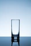 水的空的玻璃在桌上 库存图片