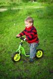 他的第一辆自行车的小男孩 库存照片