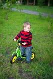 他的第一辆自行车的小男孩 免版税图库摄影