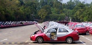 整洁的红色出租汽车图书馆 免版税库存图片