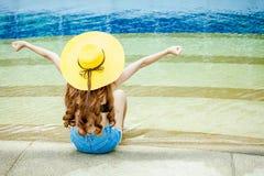 的美丽的女孩休息在水池,性感的妇女si附近的后面观点 库存图片