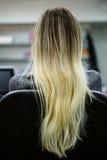的美丽的妇女展示她华美的金发的后面观点 擦亮沙龙的秀丽nailfile钉子 高亮度显示 库存图片