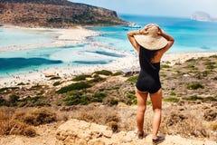 的美丽的妇女穿在海岛上的观点一件泳装看海和海滩,可爱的妇女画象回归线的 库存照片