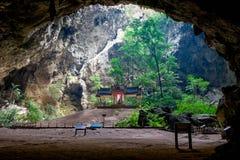 洞的美丽的泰国亭子 库存照片
