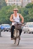 他的老自行车的在一个夏日,北京,中国男性前辈 库存图片