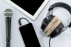 质朴的耳机智能手机白色背景 库存照片