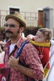 他的肩膀的农夫人运载的婴孩 库存图片