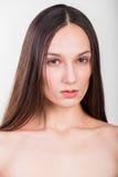 轻的背景的年轻美丽的女孩 免版税库存图片