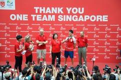 他的胜利游行的在新加坡附近的约瑟夫教育,新加坡的第一名奥林匹克金牌获得者 2016年8月18日 库存图片