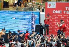 他的胜利游行的在新加坡附近的约瑟夫教育,新加坡的第一名奥林匹克金牌获得者 2016年8月18日 免版税库存图片