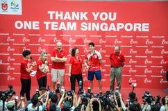他的胜利游行的在新加坡附近的约瑟夫教育,新加坡的第一名奥林匹克金牌获得者 2016年8月18日 库存照片