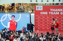 他的胜利游行的在新加坡附近的约瑟夫教育,新加坡的第一名奥林匹克金牌获得者 2016年8月18日 免版税图库摄影