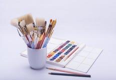 绘的艺术家和图画材料 免版税库存照片