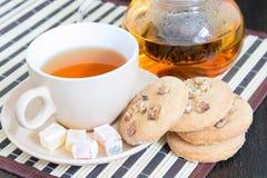 轻的茶、曲奇饼和东方甜点在茶碟 免版税库存照片