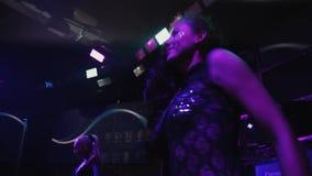 黑紧的衣服热情的跳舞的性感的时髦的女孩在夜总会场面 影视素材