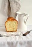 轻的表面上的新鲜的黄油面包 免版税图库摄影