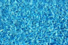 水的表面上的波浪 免版税库存图片