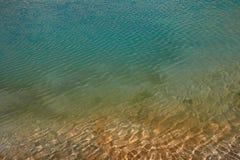 水的表面是温暖的热带海:清楚的清楚的水绿松石和蓝色颜色,金黄沙子 免版税图库摄影