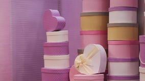 的许多帽子箱子在墙壁附近花架 影视素材