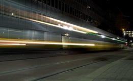 轻的路轨tain在晚上  库存图片