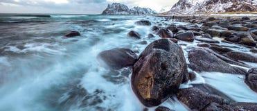 水的运动在冷的挪威海岸的晚上时间的 海岛lofoten 美丽的域前景横向挪威草莓 全景phot 库存图片