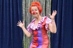 的逗人喜爱的乐趣红头发人执行者红色小丑引导 免版税库存照片