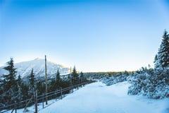 冻结的道路和山上面 免版税库存图片