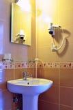 轻的配件和水池在一个现代卫生间里 免版税图库摄影