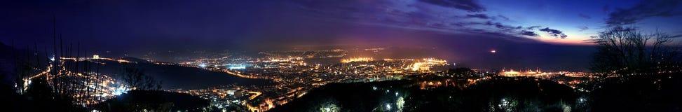 的里雅斯特鸟瞰图在晚上 免版税库存图片