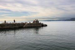 的里雅斯特,意大利, 2017年9月13日: :在小港口停泊的游船 在背景Miramare城堡  免版税库存图片