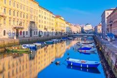 的里雅斯特,意大利:五颜六色的小船在的里雅斯特大运河  免版税库存照片