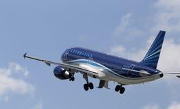 离去的阿塞拜疆航空公司空中客车A320-200航空器 免版税库存图片