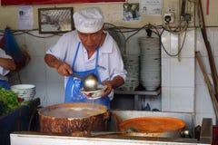 他们的阿萨姆邦Laksa面条摊位的叫卖小贩供营商在空气Itam,笔 免版税图库摄影