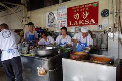 他们的阿萨姆邦Laksa面条摊位的叫卖小贩供营商在空气Itam,笔 库存照片