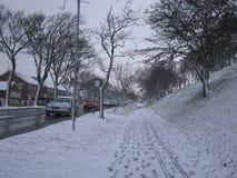 轻的降雪在邻里在一个冬日 库存照片