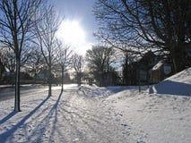 轻的降雪在邻里在一个冬日 库存图片
