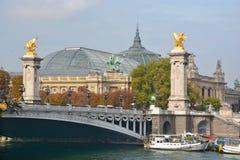 的雕象亚历山大III桥梁的细节 免版税库存图片