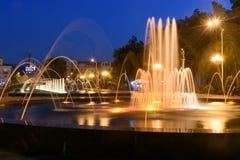 轻的音乐喷泉在海滨公园在晚上 巴统,佐治亚 免版税图库摄影