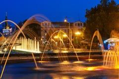 轻的音乐喷泉在海滨公园在晚上 巴统,佐治亚 图库摄影
