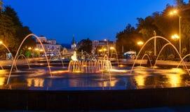 轻的音乐喷泉在海滨公园在晚上 巴统,佐治亚 免版税库存照片