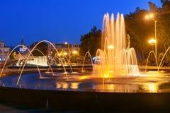 轻的音乐喷泉在海滨公园在晚上 巴统,佐治亚 免版税库存图片