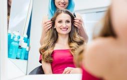 的顾客非常满意对头发称呼她接受 免版税库存照片