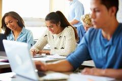 类的高中学生使用膝上型计算机 免版税库存图片