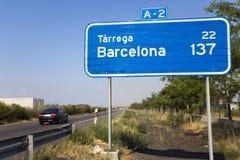 A-2的高速公路标志与137公里向巴塞罗那,西班牙 库存照片